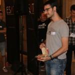 David León posando con su Burger Award